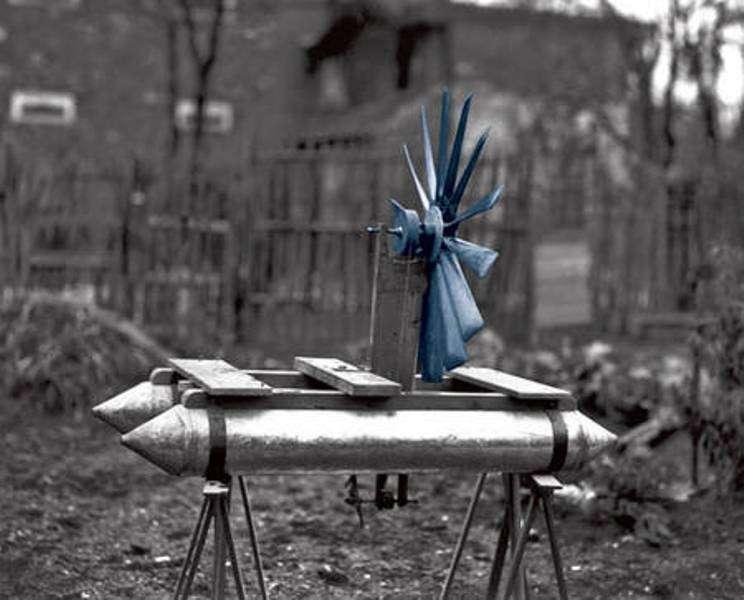 Un bateau propulsé par une hélice qui utilise le vent pour avancer... contre le vent ! Une drôle d'invention ! © CNRS Photothèque / Fonds historique