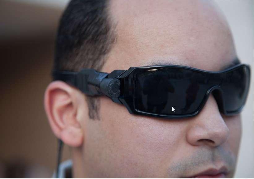 Voici le prototype de lunettes EyeTalk, actuellement testé. Viurniel Sanchez, le PDG de la start-up, a expliqué à Futura-Siences qu'un modèle complètement finalisé devrait être commercialisé en décembre aux États-Unis pour 250 dollars (190 euros). Une version destinée au marché international est annoncée pour l'année prochaine avec un tarif peut-être inférieur à 100 dollars. © EyeTalk
