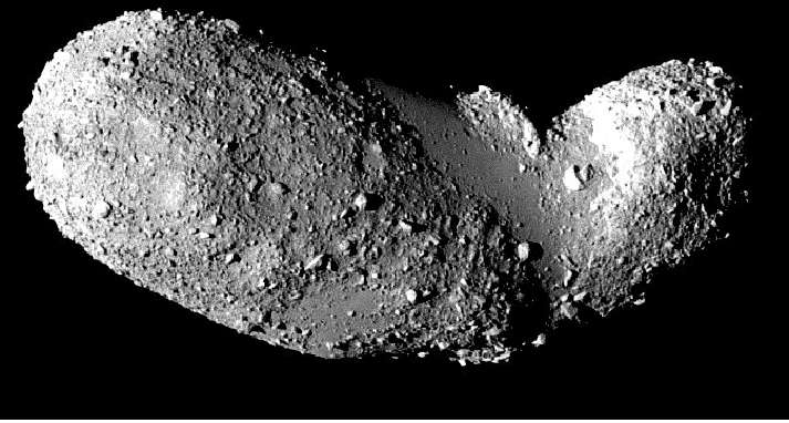 L'astéroïde géocroiseur (25143) Itokawa est doté d'une forme étrange, semblable à celle d'une cacahuète, comme le montre cette image prise en 2005 par la sonde japonaise Hayabusa. En mesurant pendant plus de dix ans les variations de luminosité d'Itokawa au cours de sa rotation, il a été possible de détecter une lente dérive de sa vitesse de rotation. Remarquablement, on peut déduire de la forme de l'objet et de cette variation de vitesse des estimations sur sa densité. © Jaxa