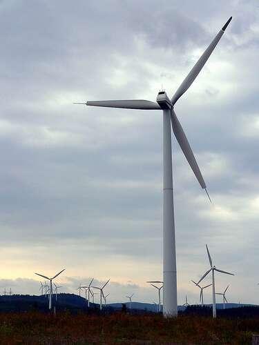 Une éolienne conventionnelle à 3 pales. © Dr Papillon and Hoedic CC by-nc-sa 2.0