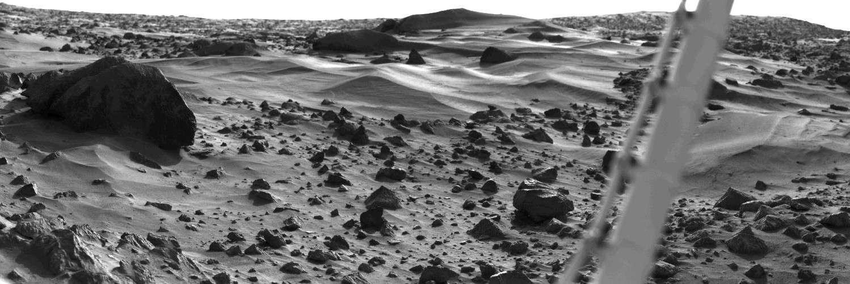 Paysage de dunes martiennes sur le site de Viking 1. Pendant les six ans qu'il fonctionna, l'atterrisseur enregistra le lent mouvement des dunes de sables provoqué comme sur Terre par l'érosion éolienne. Crédit Nasa