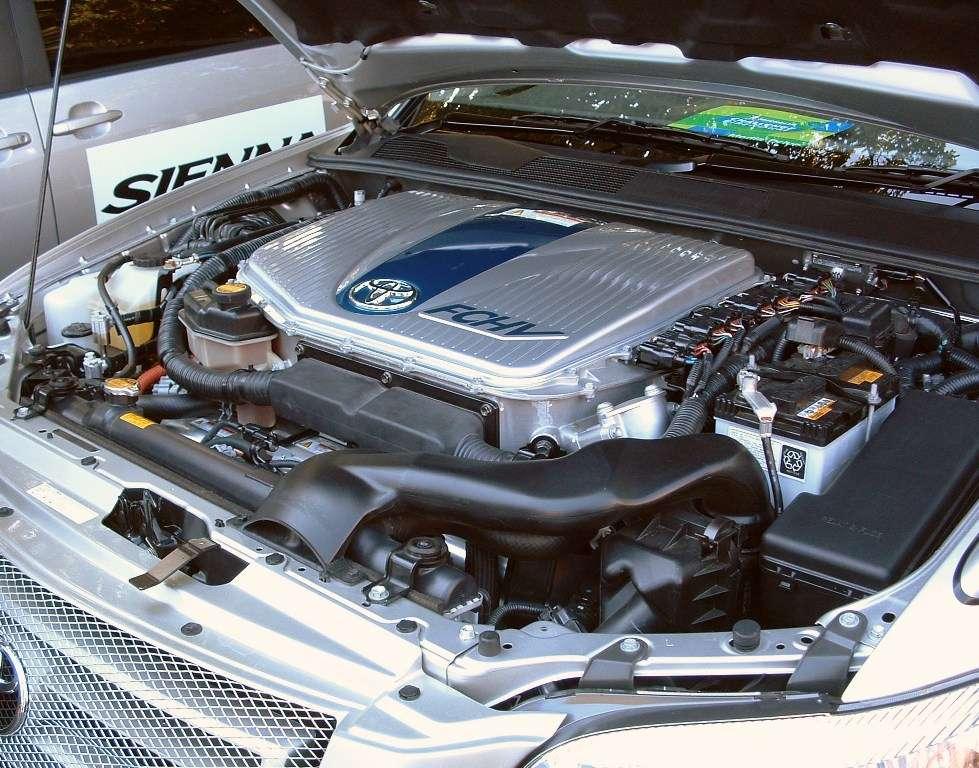 La société japonaise Toyota développe des voitures hybrides roulant avec une pile à combustible. La Toyota FCHV (Fuel Cell Hybrid Vehicle) a été commercialisée en 2002. Pour des voitures roulant uniquement avec de l'hydrogène, il faudrait pouvoir le stocker en grandes quantités et de façon fiable. © Kjkolb, Wikipédia, cc by sa 2.5