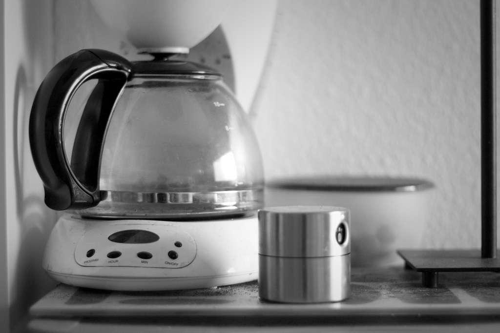 Le phénomène de la percolation est utilisé par des millions de personnes chaque matin lorsqu'elles font couler leur café grâce à une machine à expresso ou à une cafetière à filtre. L'eau doit alors se frayer un chemin parmi les micro-canaux présents entre les grains de café. © Clotylde, Flickr, CC by-nc-nd 2.0