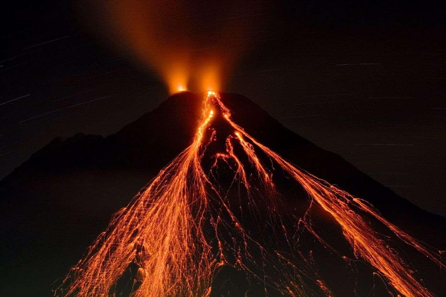 L'activité volcanique et la fonte des glaces sont deux phénomènes liés qui façonnent notre planète. Ici, l'Arenal, un volcan situé au Costa Rica, en éruption. C'est un jeune stratovolcan puisque sa première éruption s'est produite il y a 7.000 ans, ce qui fait même de lui le volcan le plus jeune du pays. © Matthew G. Landry, Wikipédia, CC by 2.5