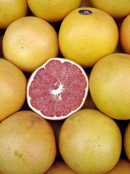 Les pomelos sont des agrumes possédant une chair allant du blond au rouge. © Johannrela/Licence Creative Commons