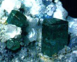 L'émeraude est un cristal appartenant au système hexagonal. © DR