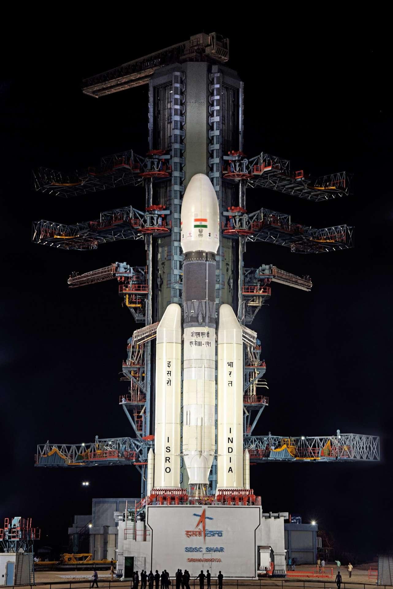 La fusée indienne GSLV-MkIII sur le pas de tir le 14 juillet 2019, à quelques heures du lancement de Chandrayaan-2, avant que celui-ci ne soit annulé au dernier moment. © ISRO