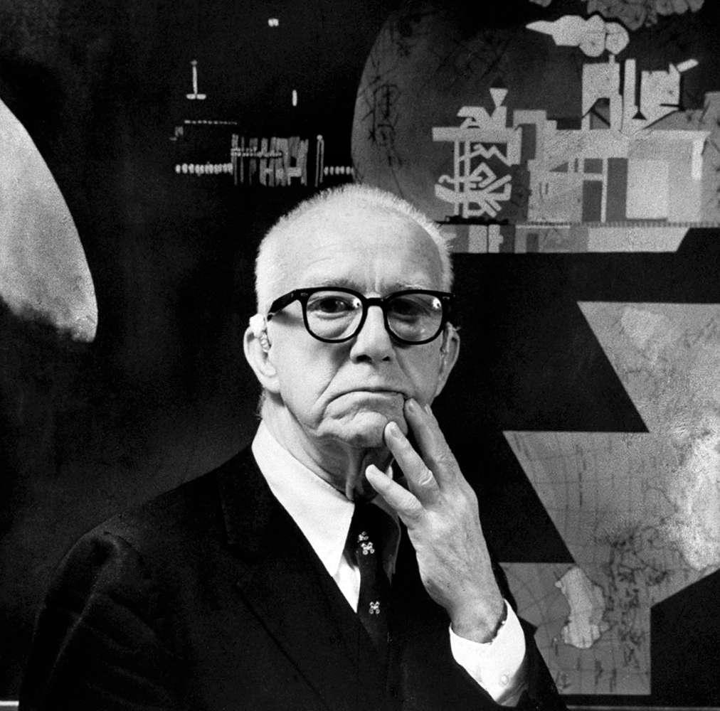 Richard Buckminster Fuller (1895-1983) était un architecte, designer, inventeur et auteur américain ainsi qu'un futuriste. Sa conception architecturale la plus connue est celle liée aux dômes géodésiques. Les molécules de carbone appelées fullerènes tirent leur nom de leur ressemblance avec ces dômes. © Buckminster Fuller estate