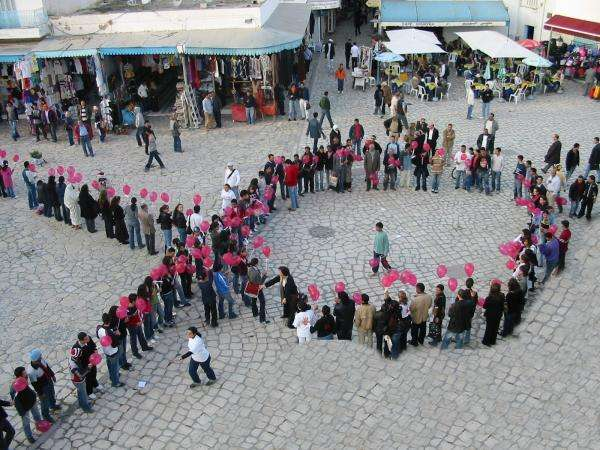 La lutte contre le Sida, symbolisée par le ruban rouge, est l'affaire de tous. © Nabil Chemli, CC by-sa