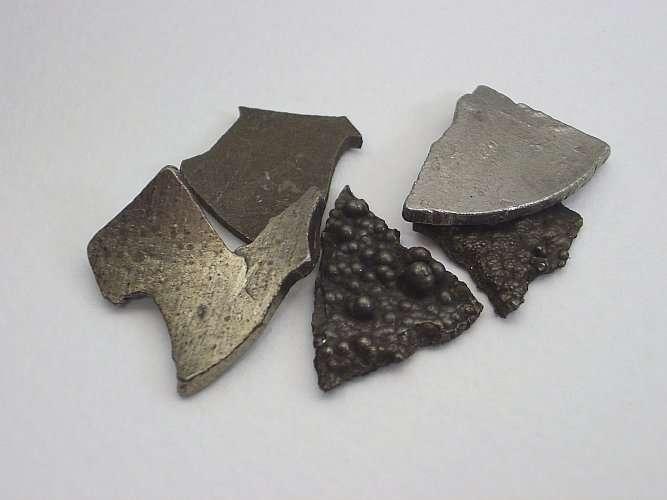 Le cobalt est un métal gris qui permet notamment de teinter le verre en bleu sombre. © W. Oelen, Wikimedia Commons, CC by-sa 3.0