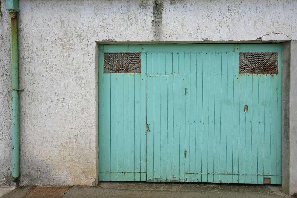 La porte de garage sectionnelle avec portillon, pour entrer et sortir sans tout ouvrir. © Alex E. Proimos, Flickr, CC BY 2.0