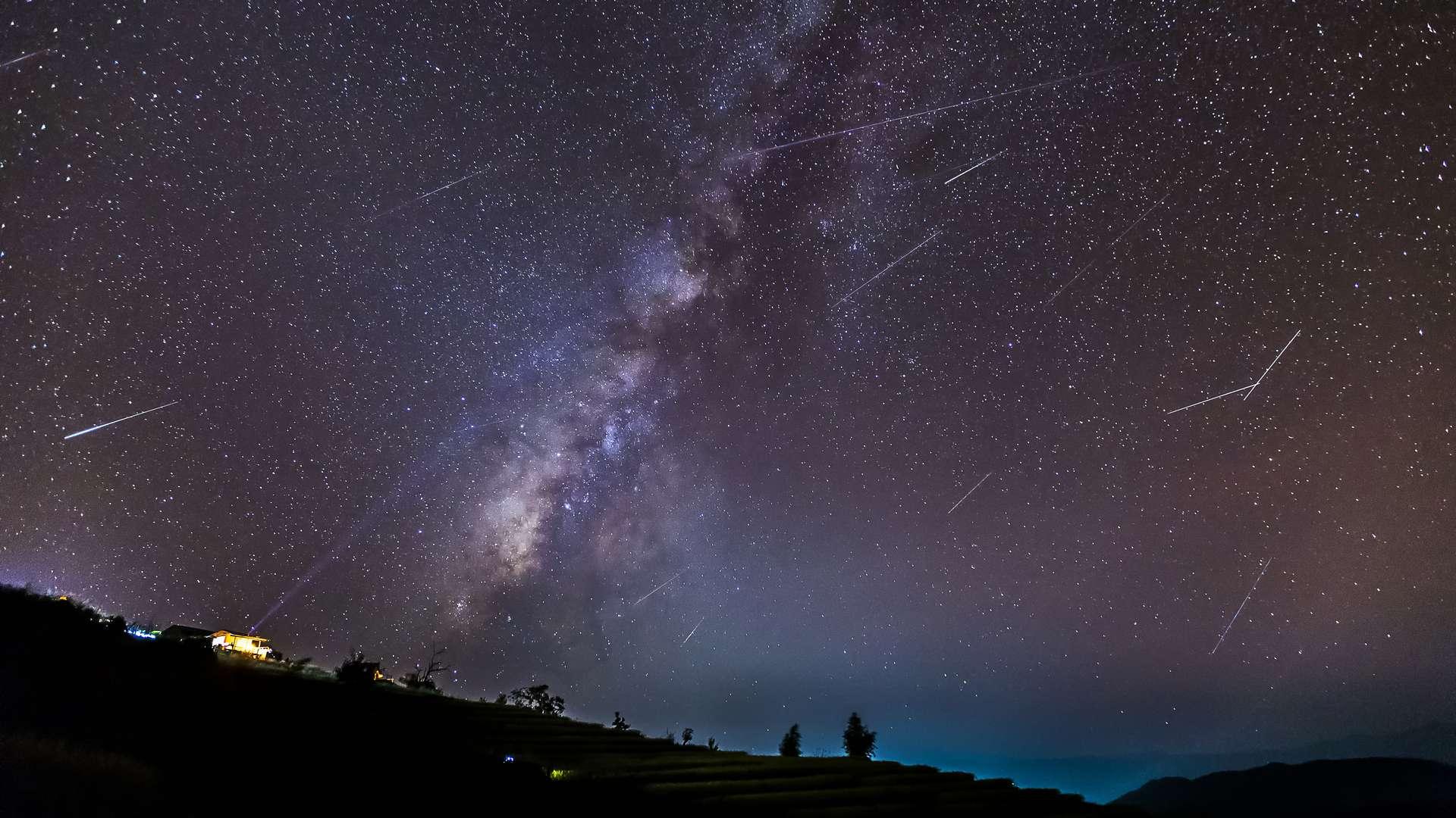 Pluie d'étoiles filantes devant la Voie lactée. © skarie, Adobe Photos