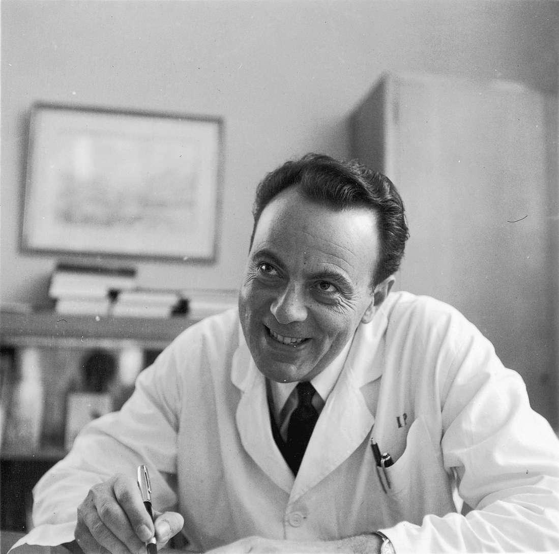 François Jacob en 1965, à l'époque de son prix Nobel avec Lwoff et Monod. © Institut Pasteur