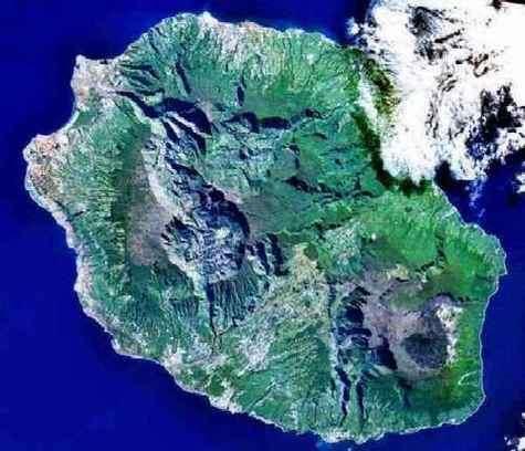 Image satellite de l'île de la Réunion. Le Piton de la Fournaise apparaît à droite.