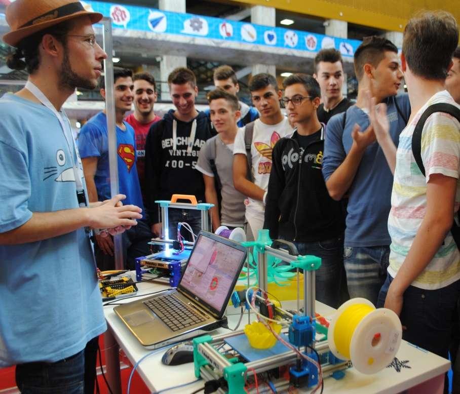 ghParmi les 200 exposants provenant de toute l'Europe et rassemblés à Rome pour ce premier Maker Faire d'envergure, les Français étaient une quinzaine. Parmi les créateurs d'objets connectés ou animés par des cartes électroniques Arduino, deux fabricants d'imprimantes 3D pliables se sont distingués. © Sylvain Biget, Futura-Sciences