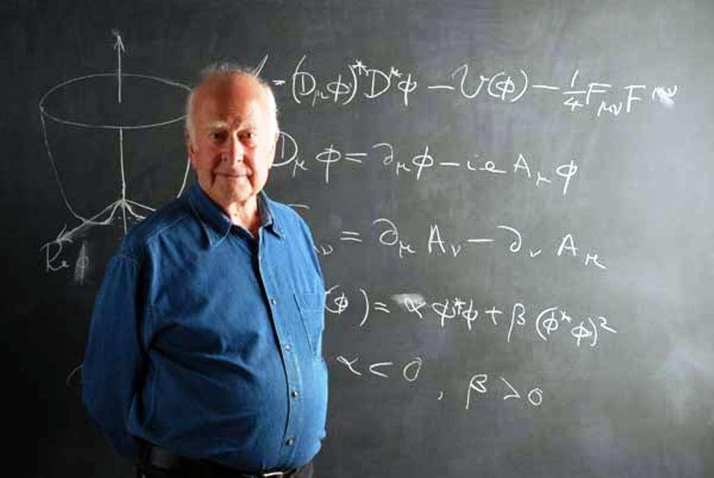 Peter Higgs devant les équations décrivant sa théorie de la brisure de symétrie, donnant une masse à des bosons de jauge. © Peter Tuffy, University of Edinburgh