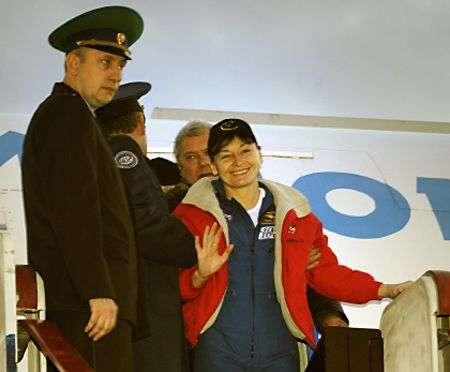 Peggy Whitson à la descente de l'avion qui la ramène à Chkalovsky airport, avant son transfert à la Cité des Etoiles. Crédit Nasa
