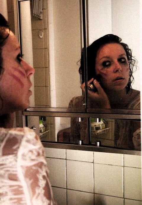 La schizophrénie s'accompagne de comportements étranges, avec notamment une apparence qui tranche avec la normale. Attention à ne pas confondre cette psychose avec les troubles dissociatifs de l'identité. Si effectivement certains patients manifestent des troubles de la personnalité, ces deux pathologies sont bien distinctes. © Lady AA, Flickr, cc by nc nd 2.0
