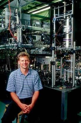 Kurt Gibble dans son laboratoire de Penn State à côté de sa fontaine atomique.