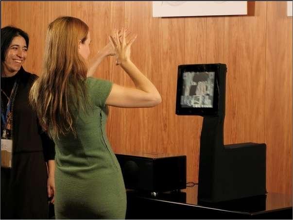 Quelques gestes devant l'ordinateur et il obéit... © OZWE