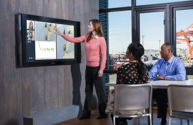 À l'issue de sa présentation des nouveautés de Windows 10, Microsoft a dévoilé sa Surface Hub. Cet écran tactile géant de 84 pouces offre une définition Ultra HD, des caméras pour la vidéoconférence et des applications collaboratives. © Microsoft