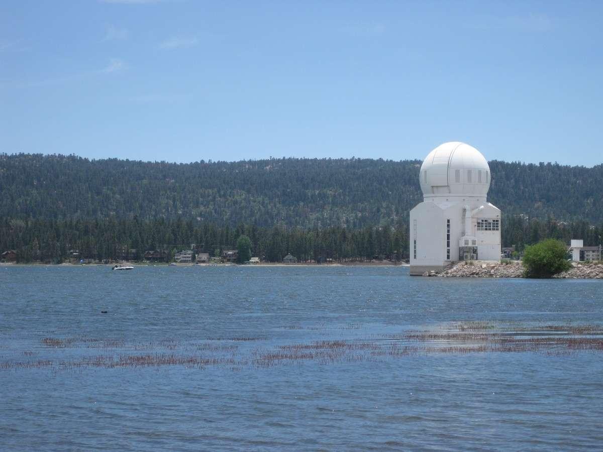 Installé depuis 1969 sur un lac d'altitude en Californie pour limiter les effets de la turbulence, le Big Bear Solar Observatory abrite désormais le plus grand télescope solaire du monde. Crédit BBSO