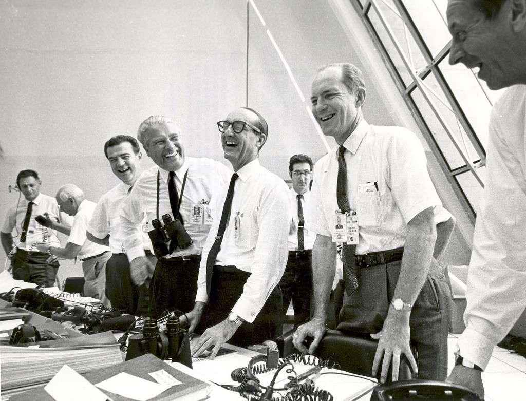 16 juillet 1969 : moment de détente pour l'équipe au sol responsable du vol d'Apollo 11. On peut voir Wernher von Braun avec des jumelles autour du cou. © Nasa