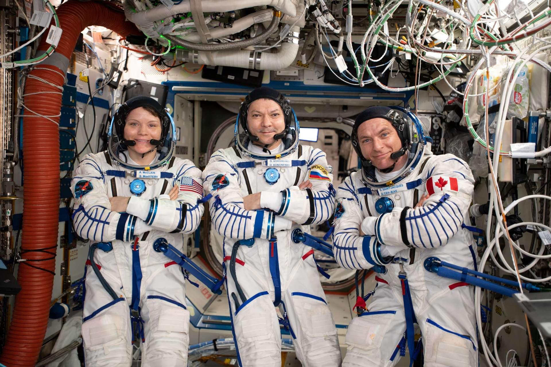 L'astronaute américaine Anne McClain, le cosmonaute Oleg Kononenko et l'astronaute canadien David Saint-Jacques prennent la pose en combinaison dans l'ISS, quelques jours avant leur retour sur Terre qui s'est déroulé le 25 juin 2019. © Nasa