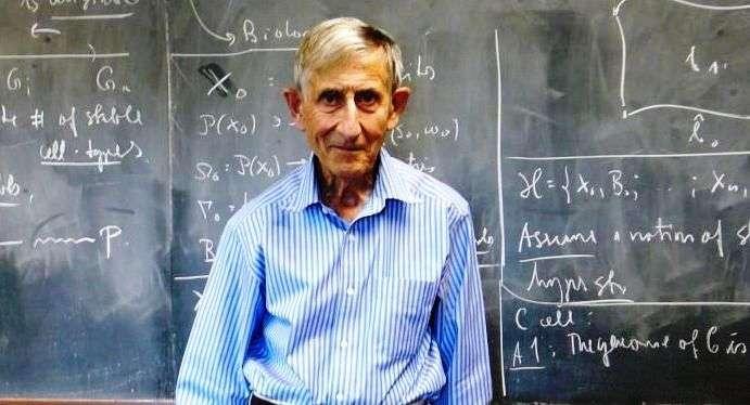 Freeman Dyson dans son bureau à l'université de Princeton. Le physicien a bien connu de grands noms de la physique comme Hans Bethe, qui a découvert comment brillaient les étoiles, et Robert Oppenheimer, pionnier de la physique des trous noirs et des étoiles à neutrons. Dyson fut le premier à comprendre l'importance des travaux de Richard Feynman sur l'électrodynamique quantique relativiste, dont il donna une forme plus rigoureuse, ce qui lui permit, sans doctorat, de décrocher un poste à vie à l'université de Princeton. © Monroem, Wikipédia, cc by sa 3.0