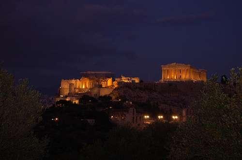 L'Acropole d'Athènes (ici vue de nuit) abrite de nombreux bâtiments célèbres, comme le Parthénon, le temple d'Athéna Nikè et le théâtre de Dionysos. © La case photo de Got, Flickr, cc by 2.0