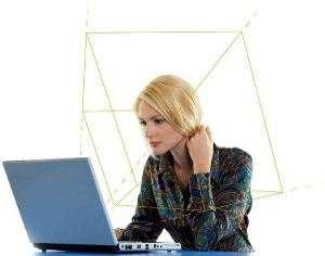 Le système nécessite de rester bien en face de l'écran mais l'utilisateur n'a pas besoin de porter d'équipements spécifiques sur lui. © Tobii