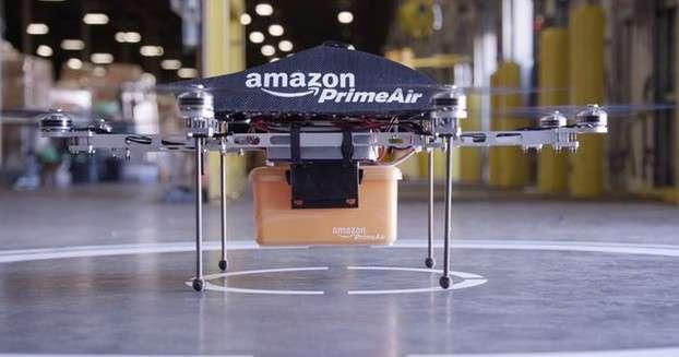 Ce drone conçu par Amazon est actuellement testé par le département de recherche et développement de la société pour élaborer un service de livraison en 30 minutes. Le géant du e-commerce affirme que grâce à ses huit moteurs, il peut soulever des colis de 2,3 kg. © Amazon