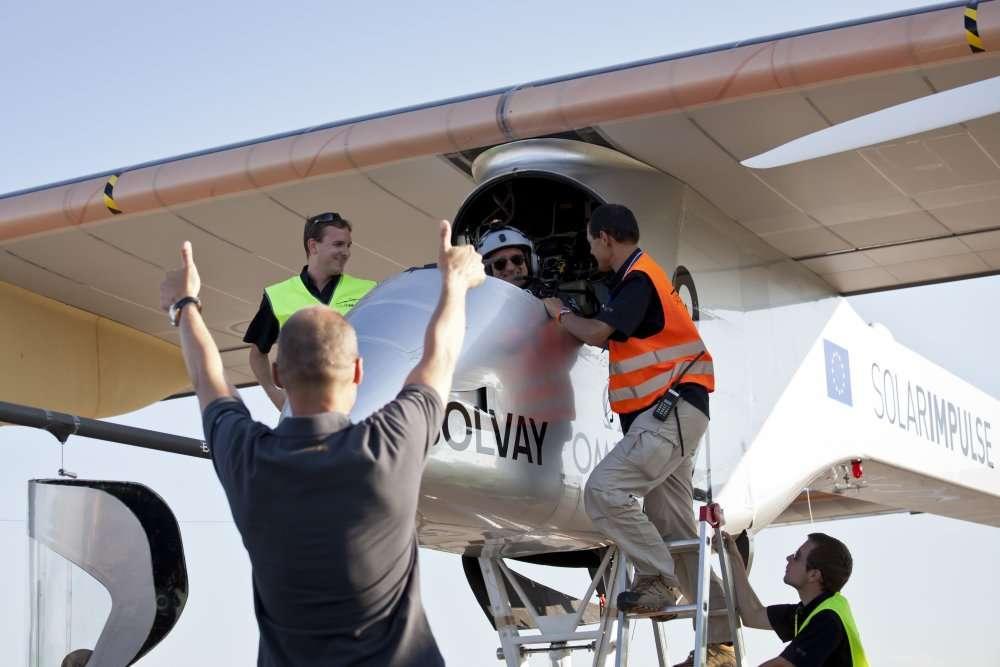 Retour à Payerne après la tournée européenne. Devant l'avion, Bertrand Piccard félicite le pilote. © Solar Impulse