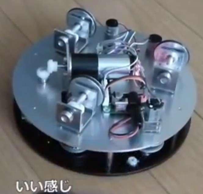 Une capture issue de la vidéo montrant la platine qui motorise la poubelle grâce à trois moteurs électriques. Les informations sont traitées par le capteur Kinect. © FRP, YouTube
