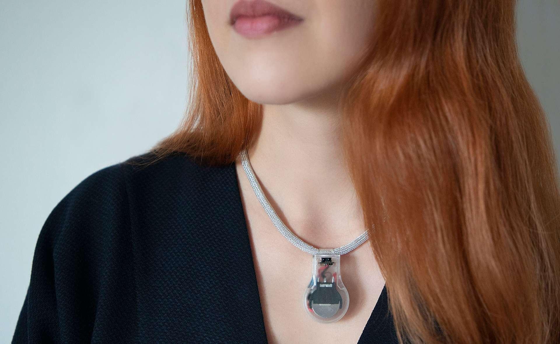Pulse est un collier qui vibre lorsqu'on approche ses mains de son visage. © Lisa Harbottle