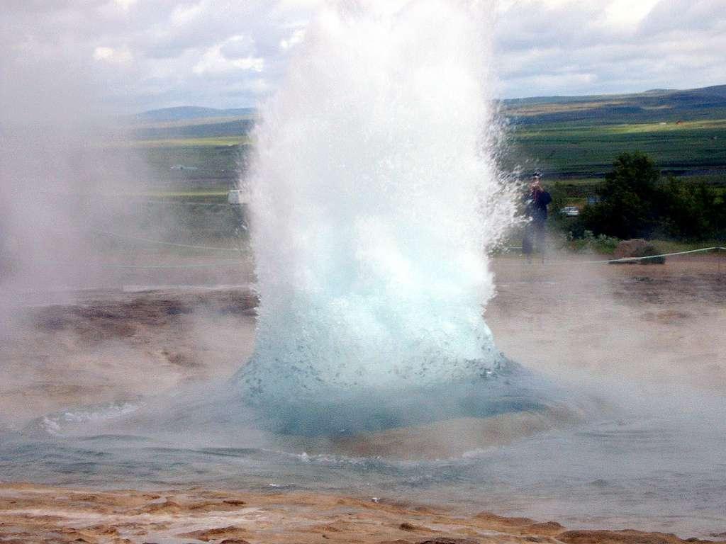 Le mot « geyser » a une origine islandaise, puisqu'il viendrait du verbe geysa qui signifie « jaillir » en français. Il a d'ailleurs donné son nom au plus grand geyser islandais (qui projette de l'eau jusqu'à 80 m de haut) : Geysir. © petittonnerre, Flickr, cc by nc nd 2.0
