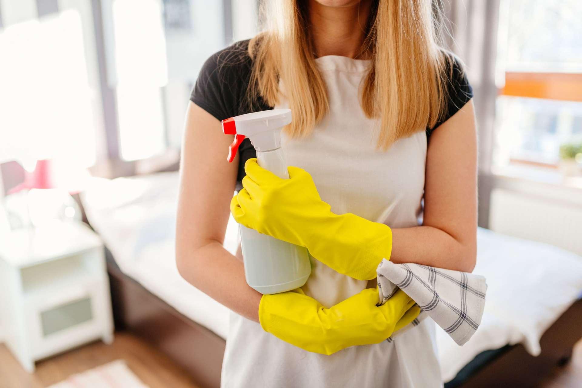 Les produits ménagers industriels contiennent des substances toxiques contribuant à la pollution de l'air intérieur, d'après 60 millions de consommateurs. © djedzura / IStock.com
