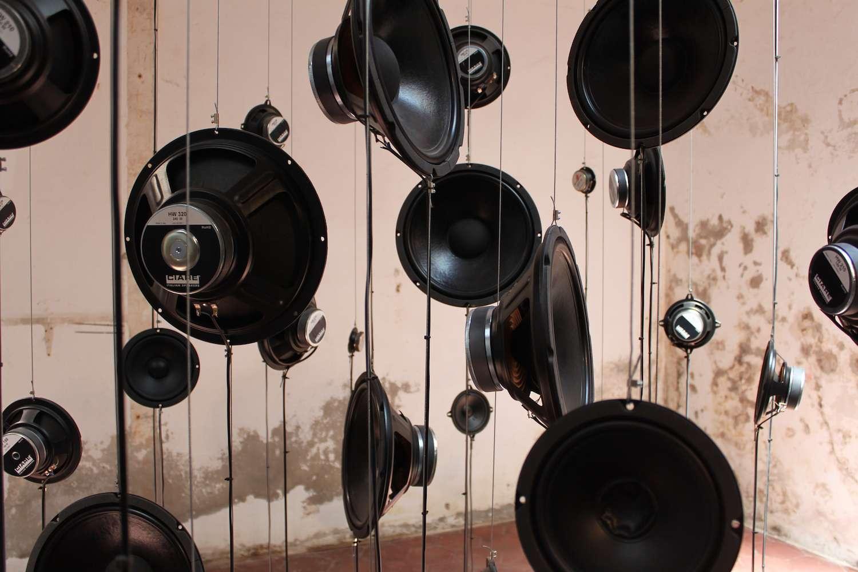 Les mouvements de la membrane du haut-parleur créent les ondes sonores qui se propagent ensuite dans l'air pour arriver jusqu'à nos oreilles. © Adrien Hebert, Flickr, CC by-nc-nd 2.0