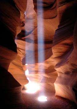 La lumière solaire pénètre dans l'antre humide d'une grotte. © W. Jarosz, H. Wann Jensen, M. Zwicker/UCSD