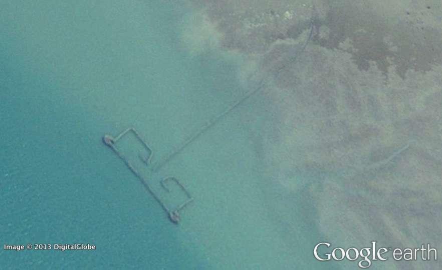 La capture d'écran montre l'un des grands barrages à poissons installés dans le golfe Persique. Ces images obtenues par des satellites permettent d'estimer les prises, et de les comparer aux déclarations officielles. © Google Earth