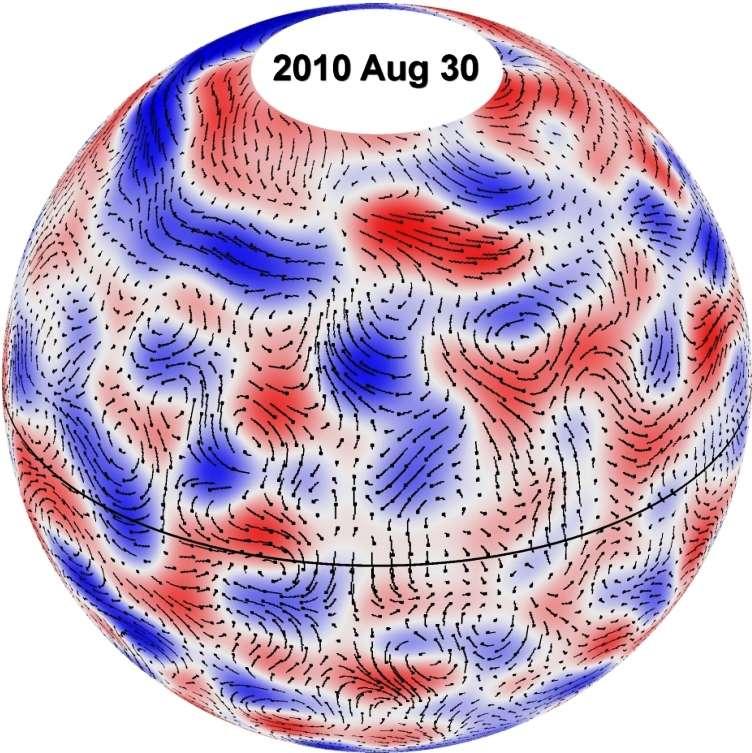 En enlevant des données du Helioseismic and Magnetic Imager équipant SDO les effets de la rotation du Soleil et en se concentrant sur l'analyse à l'ordinateur des mouvements des cellules composant la supergranulation solaire, on voit apparaître la présence de cellules de convection géantes. Elles sont bien visibles en relation avec des mouvements lents représentés par un champ de vitesse sous forme de flèches. Sur ce schéma, les mouvements vers l'est sont représentés en rouge, et ceux vers l'ouest en bleu. Ces cellules restent stables pendant des mois et transportent du moment angulaire vers l'équateur, ce qui maintient une rotation équatoriale rapide du Soleil. © Nasa, MSFC, David Hathaway