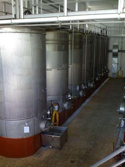Ces réacteurs à fermentation contiennent des bactéries qui transforment le sucre du raisin en alcool dans l'objectif de produire du vin. © Kyle L. CC by-nd 2.0