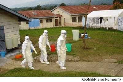 Contre l'apparition du virus Ébola, des mesures sanitaires, comme la mise en quarantaine des malades, sont déjà appliquées en Ouganda par les équipes locales de l'OMS. Pour cette infection grave et très contagieuse, il n'existe pas encore de vaccin et l'isolement des personnes atteintes est le moyen le plus efficace d'enrayer une épidémie naissante. © Pierre Formenty, OMS