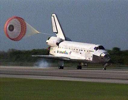 Discovery atterrit sur la piste du Centre spatial Kennedy le 20 avril 2010