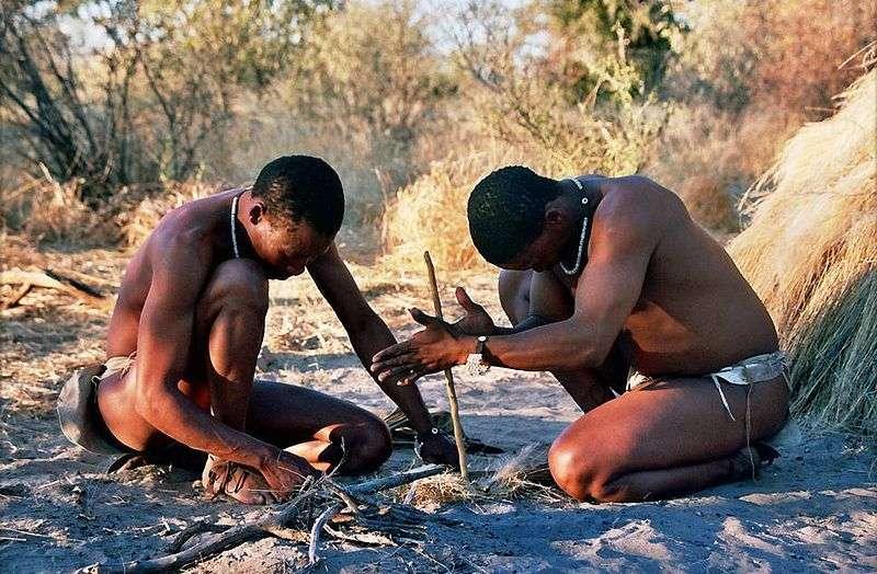 Le peuple San, aussi appelé Bushmen, compte environ 100.000 individus répartis sur les territoires du Botswana, de la Namibie et de l'Afrique du Sud. Ils possèdent une culture et une technologie proches de celles de leurs ancêtres africains vivant il y a 44.000 ans. Ces techniques seraient donc plus anciennes qu'on ne l'estimait. © Isewell, Wikipédia, cc by sa 2.5