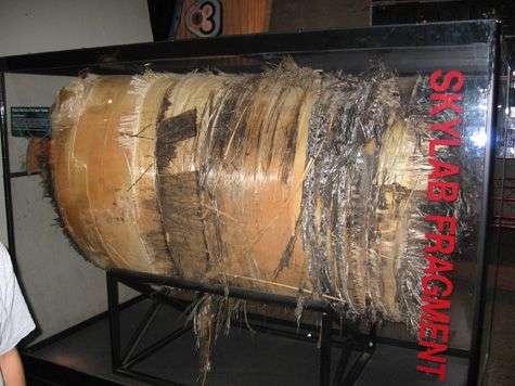Réservoir identique retombé à proximité du premier, exposé à l'United States Space & Rocket Center de la NASA (Floride). Deux autres réservoirs, d'azote, ont aussi été retrouvés pratiquement intacts, et contenaient encore du gaz. Crédit image : NASA.
