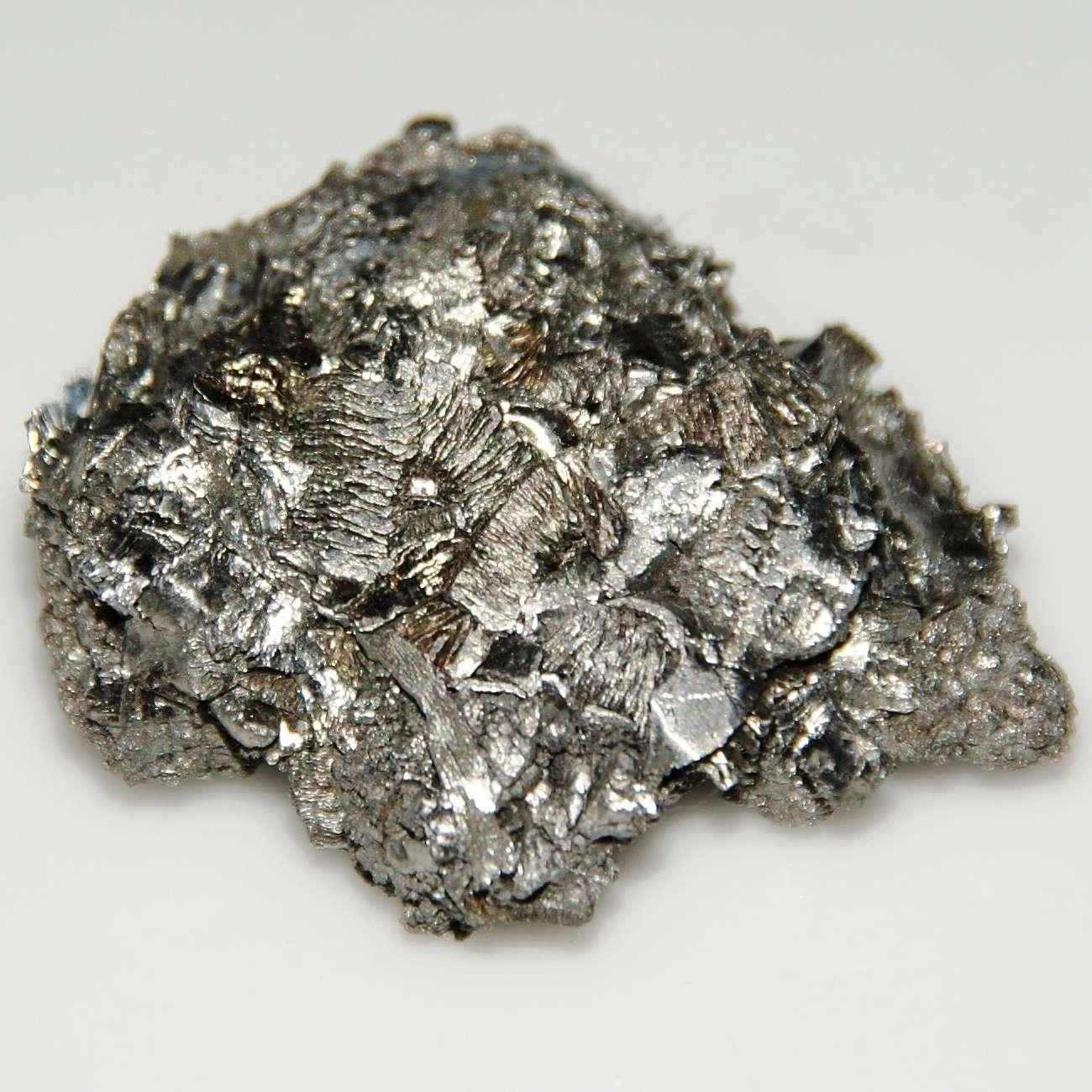 Métal de transition d'un aspect gris argenté, l'hafnium a un point de fusion de 2.233 °C. Il est utilisé dans les alliages de tungstène pour la confection de filaments et d'électrodes, et comme absorbeur de neutrons dans les systèmes de contrôle neutronique de réacteur nucléaire. Il présente de très bonnes propriétés mécaniques et une excellente résistance à la corrosion. © Creative Commons Attribution 3.0 Unported License