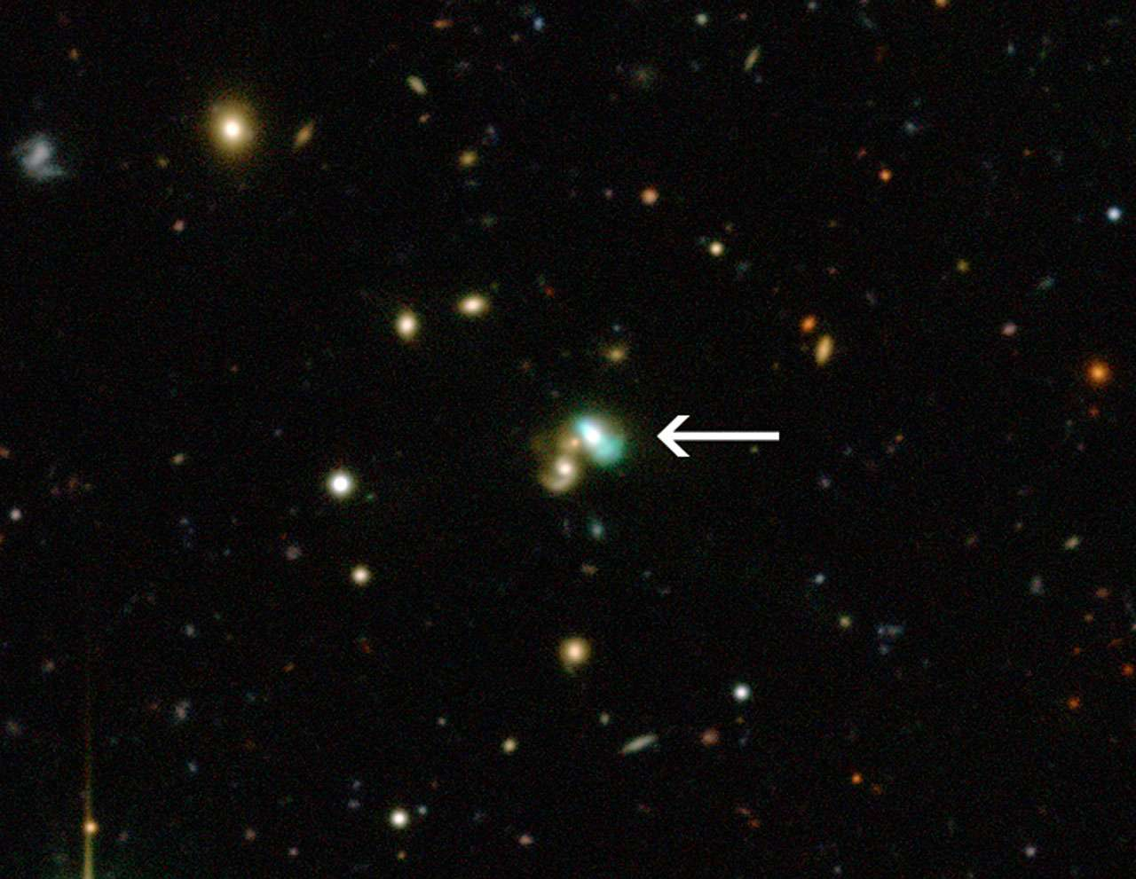 L'image du télescope Canada-France-Hawaï montre des milliers de galaxies dans l'univers lointain. Mais celle proche du centre semble vraiment très bizarre : elle brille d'une lueur verte. Cet objet très peu courant est appelé J224024.1−092748 ou J2240 et est un exemple parfait d'une nouvelle catégorie d'objets, les galaxies Haricot vert. Ce sont des galaxies qui brillent dans leur totalité sous l'effet des rayonnements provenant de la région qui entoure le trou noir central. J2240 se trouve dans la constellation du Verseau et il a fallu environ 3,7 milliards d'années à sa lumière pour atteindre la Terre. © CFHT, ESO, M. Schirmer