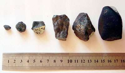 Voici des fragments de la météorite de Tcheliabinsk, qui ont été trouvés sur le sol. Le possible morceau de la météorite, découvert au fond du lac Tchebarkoul est bien plus gros : il mesurait 1,5 m et pesait 570 kg avant que la balance ne casse ! © Alexander Sapozhnikov, Wikimedia, Creative Commons