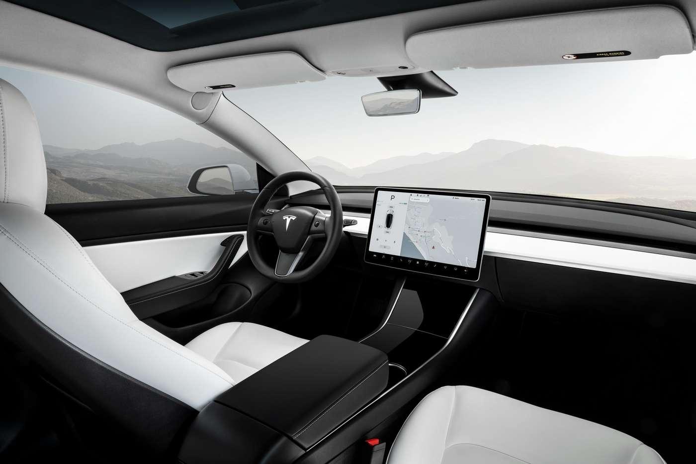 La Tesla Model 3 est équipée d'origine d'une caméra intégrée au rétroviseur intérieur. © Tesla